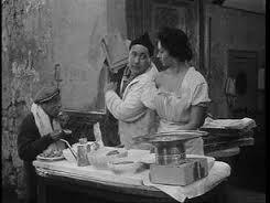 """Pare che la dilazione dei metodi di pagamento sia in realtà un'invenzione di noi napoletani, come dimostrano Sofia Loren e Giacomo Furia in """"L'oro di Napoli"""", del De Sica padre nel '54. Oggi giorno se dici a un pizzaiolo che lo paghi a fine mese un viaggio di sola andata per il manicomio non te lo leva nessuno, ma l'abitudine resta ben salda nell'ambiente dei traduttori."""